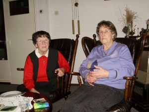 De dames C. Luiten-Jansen en C. Vonk-Hofstede in een huiskamer van de John McCormickflat in 2010 (Foto Ton Vermeulen)